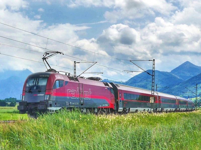 Zug Railjet ÖBB Reisebuch aus den Österreichischen Alpen Ernst Krenek