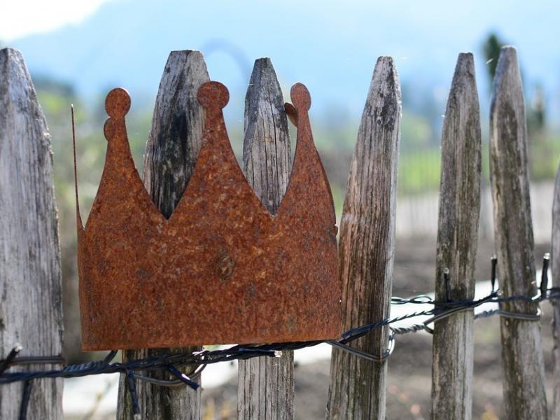 Krone aus Cortenstahl auf Holzzaun