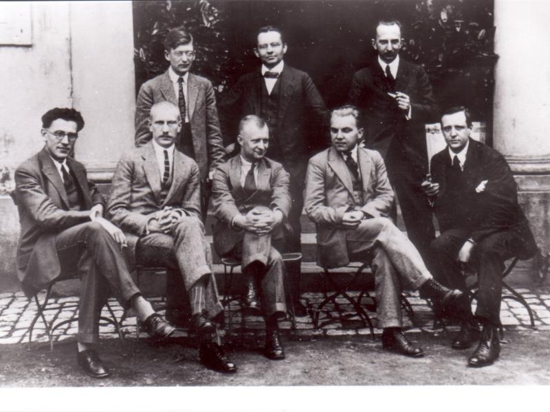 Donaueschingen 1922: Felix Petyrek, Hermann Grabner, Max Butting (stehend v.l.n.r.); R. Zöllner, Hans v.d. Wense, Paul Hindemith, Ernst Krenek, Bernard von Dieren
