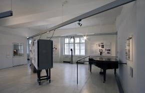 Ernst Krenek Forum, Ausstellung im Museum, Hauptraum mit Klavier