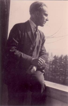 Ernst Krenek im Anzug am Fenster mit Zigarette, Rechtsprofil, 1923