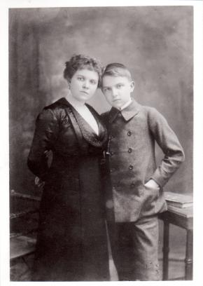 Ernst Krenek mit seiner Mutter Emanuela Krenek, Wien ca. 1913-1915