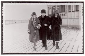 Ernst Krenek mit Alma Moodie und unbekannter Frau in Mänteln, Arm in Arm