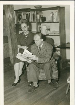 Ernst Krenek und Berta Hermann auf Stuhl vor Bücher Wand am Vassar College, 1940er Jahre