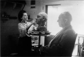 Ernst Krenek sitzt Anna Mahler Modell, Seitenprofil, Büste, Los Angeles Anfnag 1950er