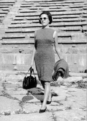 Gladys Nordenstrom Krenek, gehend mit Sonnenbrille und Handtasche, Hochzeitsreise Griechenland, 1960