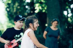 Musikvermittlung Veronika Großberger Schülerinnen und Schüler machen Bewegungsübungen auf Wiese, Ernst Krenek