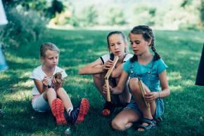 Musikvermittlung Veronika Großberger Schülerinnen und Schüler spielen Musikinstrumente auf Wiese, Ernst Krenek