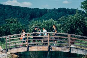 Musikvermittlung Veronika Großberger Schülerinnen und Schüler gehen mit Koffer über eine Brücke, Ernst Krenek