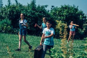 Musikvermittlung Veronika Großberger Schülerinnen und Schüler gehen mit Koffer auf Wiese, Ernst Krenek