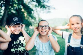 Musikvermittlung Veronika Großberger Schülerinnen und Schüler hören Musik auf Wiese, Ernst Krenek