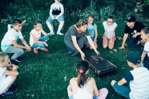 Musikvermittlung Veronika Großberger Schülerinnen und Schüler mit Koffer auf Wiese, Ernst Krenek