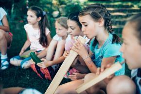 Musikvermittlung Veronika Großberger Schülerinnen und Schüler spielen mit Musikinstrumenten auf Wiese, Ernst Krenek