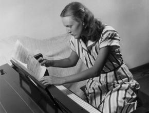 Gladys Nordenstrom Krenek arbeitend am Klavier
