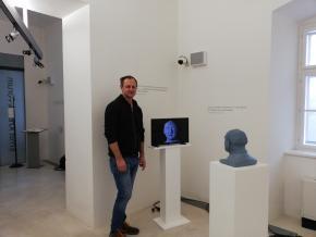Ernst Spiessberger neben seiner Installation Mirror