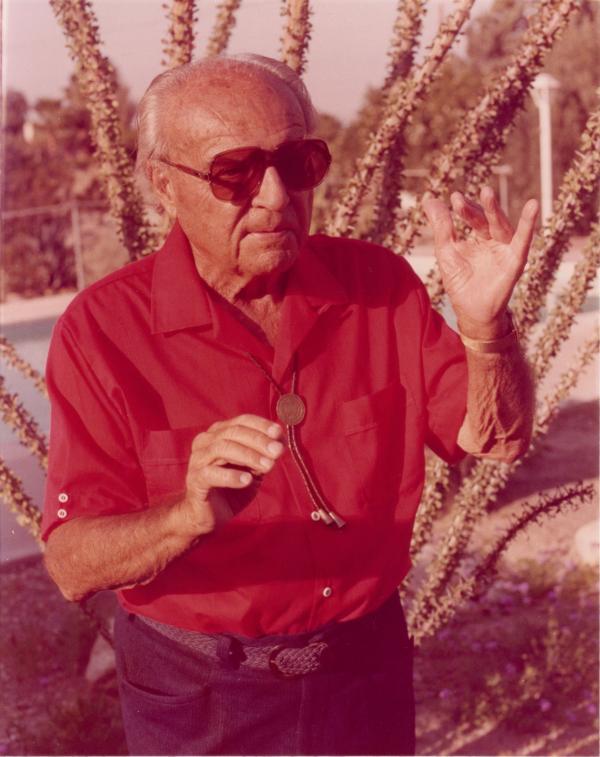 Ernst Krenek Portrait frontal mit rotem Hemd und Sonnenbrille vor 1981