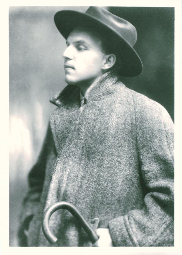 Ernst Krenek Seitenprofil mit Hut, Mantel und Spazierstock, um 1930