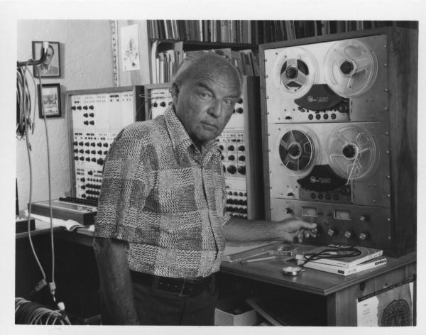 Ernst Krenek in seinem Tonstudio in Palm Springs, 1969