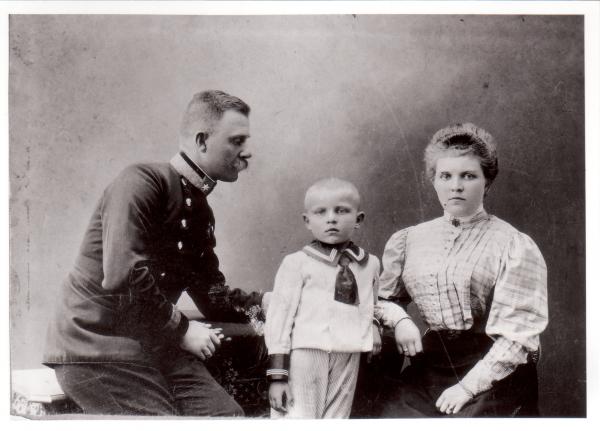 Ernst Krenek mit seinen Eltern, Wien um 1806